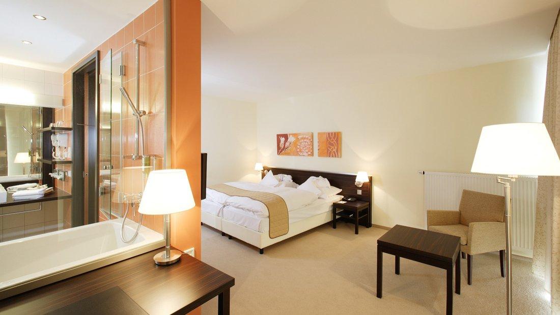 Blick auf Bad und Schlafbereich Hotel Heide SPA Bad dueben