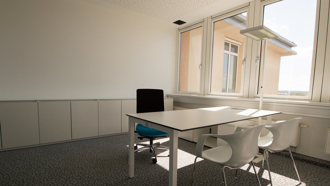 Einzelarbeitsplatz im Großraumbüro ARTS in Dresden.