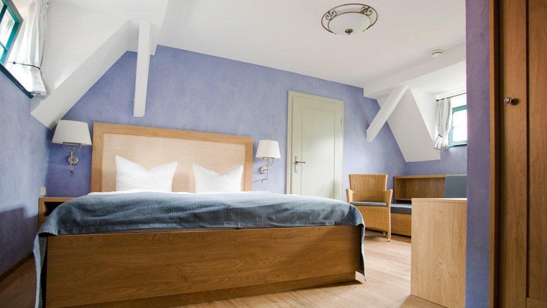Blick in das geräumige Schlafzimmer des Apartments in Hofloessnitz.
