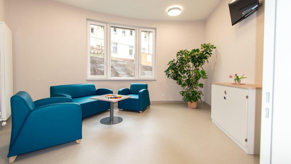 Wartebereich mit Sitzecke im Epilepsiezentrum Kleinwachau