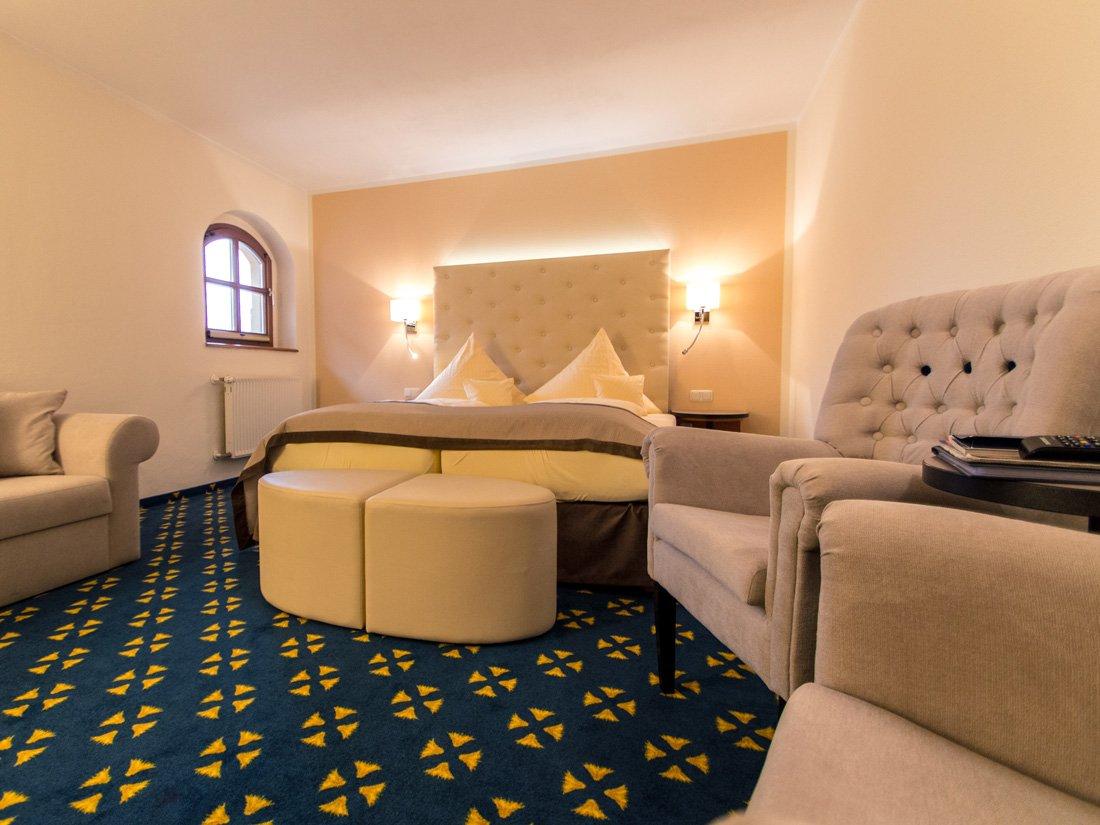 Einblick in ein Doppelzimmer des Wasserschlosshotels in Klaffenbach.
