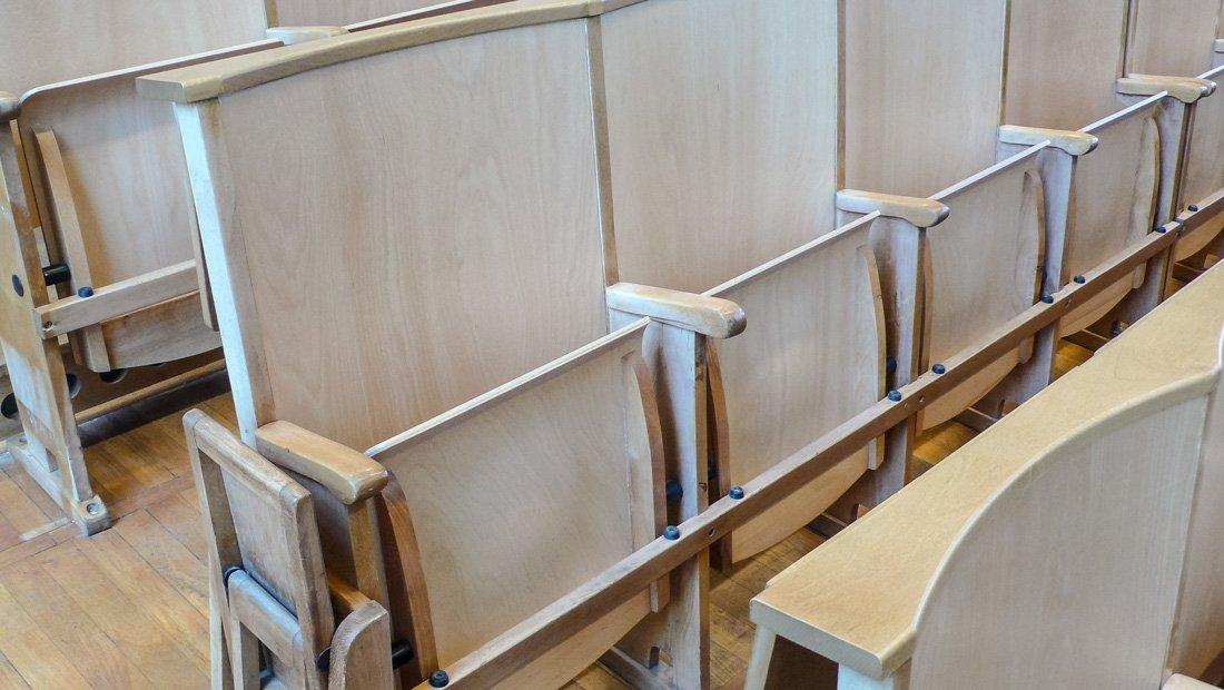 Hörsaalgestühl aus Holz in der HTW Dresden