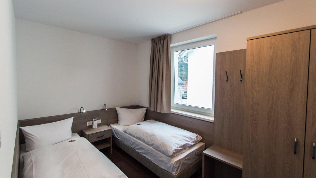 Schlafzimmer mit zwei Einzelbetten elbresort Rathen