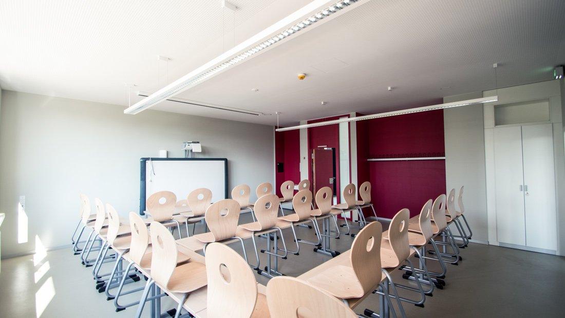 Klassenraum mit Interaktiver Tafel im Gymnasium Bürgerwiese Dresden.