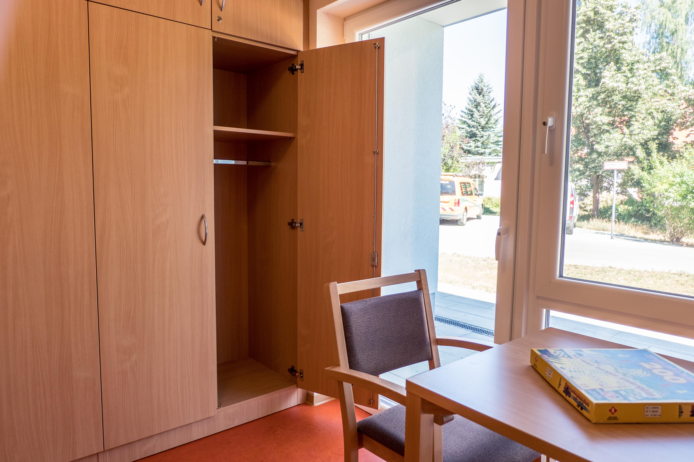 Blick auf den Wohnbereich des Einzelzimmers im Martinshof Rothenburg.