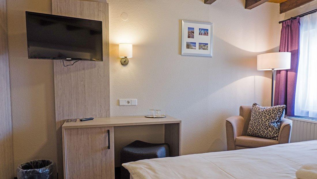 Hotel-zur-Mühle-Wusterhausen-Hotelzimmer-Sitzecke